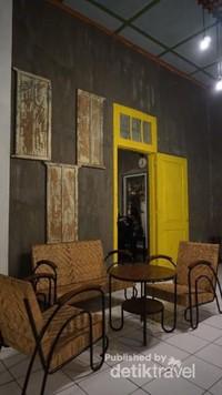Bangku-bangku dengan desain lama juga ikut melengkapi kafe ini