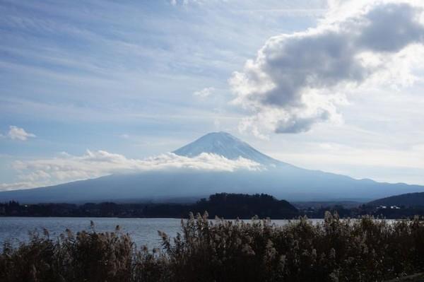 Gunung Fuji yang sedikit terhalang oleh awan