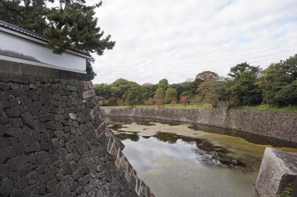 Istana ini dikelilingi oleh parit yang cukup lebar dan air yang tenang