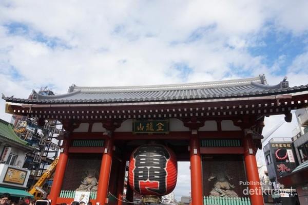 Gerbang masuk pertama Sensoji Temple dengan simbol besar tergantung di tengahnya
