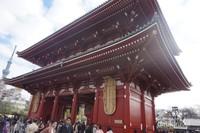 Bangunan di kuil ini didominasi warna merah tua dan orange.