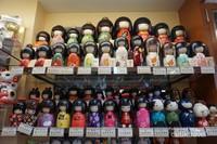 Boneka khas Jepang dengan berbagai macam model dan warna bisa jadi pilihan oleh-oleh