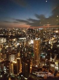 Pemandangan kota Tokyo dengan gemerlap lampu dari dek utama