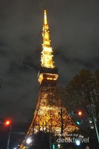 Tokyo Tower terlihat cantik juga di malam hari
