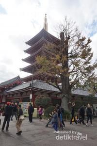 Tak jauh dari bangunan utama berdiri pagoda lima tingkat