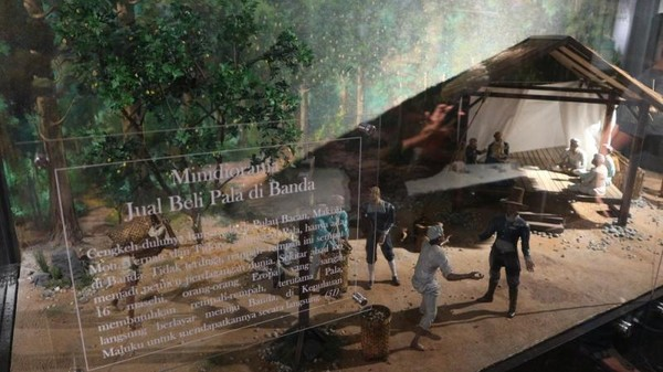 Terdapat diorama yang menceritakan saat bangsa asing mulai datang ke Indonesia