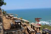 Bangku-bangku kayu yang ada di sekitar Watugupit dengan peringatan agar pengunjung tetap berhati-hati mengingat lokasinya yang berada di tebing.