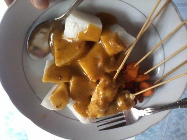 Sate dan Lontong Padang salah satu makanan yang biasa disajikan untuk sarapan pagi