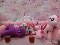 Boneka unicorn dengan berbagai warna dan ukuran menghiasi kursi dan sofa