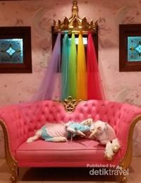 Pengunjung bisa meminjam kostum unicorn dan berfoto di spot ini