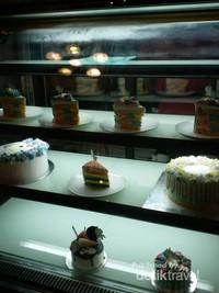 Berbagai kue warna warni pun tersedia di kafe yang terletak di Jalan Bengawan ini