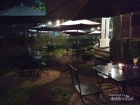 Untuk yang menyukai udara segar, kafe ini memiliki area outdoor di halaman depannya