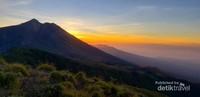 Matahari Terbit dari sisi Gunung Rinjani