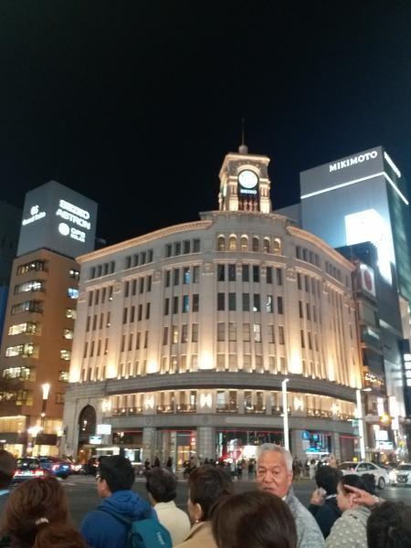Persimpangan di Ginza yang sangat populer dengan simbol clock tower di Ginza Wako building
