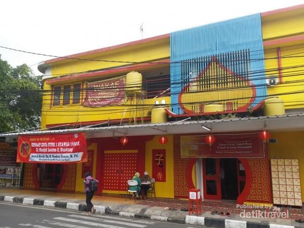 Mesjid bergaya Tiongkok ini terletak di Jalan Tamblong no 27 Bandung