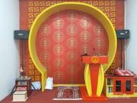 Mimbar Mesjid Lautze 2 yang didominasi warna kuning dan merah khas oriental