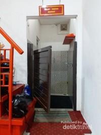 Tempat wudhu dan toilet mungil yang terdapat di dalam mesjid