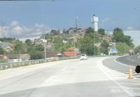Masuk di tol Semarang,  terlihat pemukiman di atas bukit