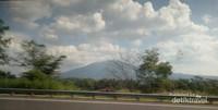 Meninggalkan Semarang,  terlihat gunung dikelilingi awan yang indah