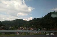 Desa yang damai di kaki bukit,  di tepi tol Salatiga