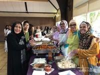Tim sibuk lebaran yang mempersiapkan sajian untuk hari raya Idul Fitri