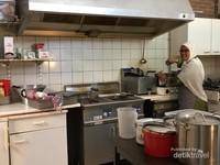 Tim sibuk lebaran yang setia menjalankan tugasnya di dapur. Terimakasih untuk hidangannya.
