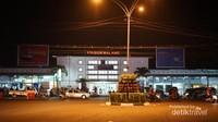 Stasiun Kota Baru Malang, Bangunan peninggalan jaman Belanda. Disinilah semua KA berhenti, selain moda bus Malam di Terminal Arjosari dan moda Udara di Bandara Abd. Saleh yang berada di tepian kota. (Foto: Aryasuta)