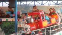 Terdapat berbagai permainan untuk si kecil, seperti wahana Mobil Tanjak ini