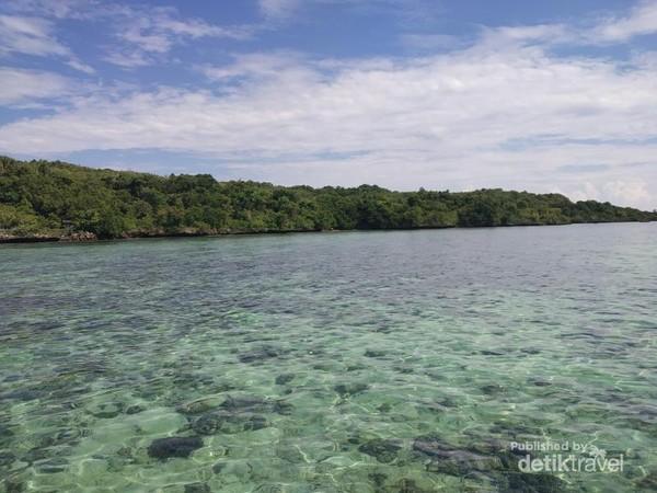 Welcome to Pulau Karampuang. Jernih kan airnya, semoga akan seterusnya seperti ini terbebas dari orang-orang yang tidak bertanggung jawab terhadap sampah.