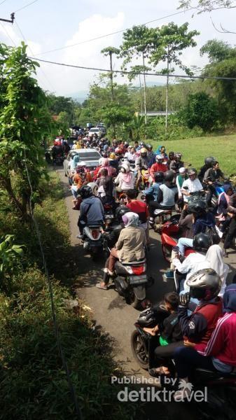 Kemacetan sudah mulai dirasakan dari Desa Sukamulya sukamakmur