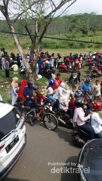 Sebagian pengendara roda dua istirahat sejenak menunggu pengaturan jalan oleh warga sekitar