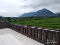 Istirahat sejenak sambil menikmati pemandangan Gunung Hanjawong Sukamakmur