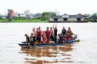 Mandi tengah hari di Sungai Kapuas