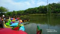 Selain suasana yang sejuk dan hijau terdapat aneka permainan air dan penyewaan sepeda di Ecopark