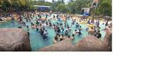 Keseruan pengunjung yang menikmati kolam ombak di Atlantis Water Adventure