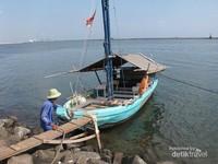 Menyusuri Pantai Ancol dengan perahu nelayan juga bisa menjadi opsi menarik menikmati hari libur.