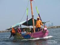 Perairan Ancol cukup tenang dan nyaris tidak bergelombang, sehingga tidak perlu kuatir saat naik perahu ini.