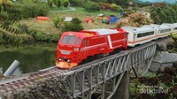 Miniatur kereta api mini lengkap dengan perlintasan dan pemandangan di sekitarnya