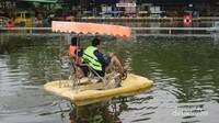 Aneka permainan air, seperti sepeda air dan kereta air, juga tersedia di Floating Market