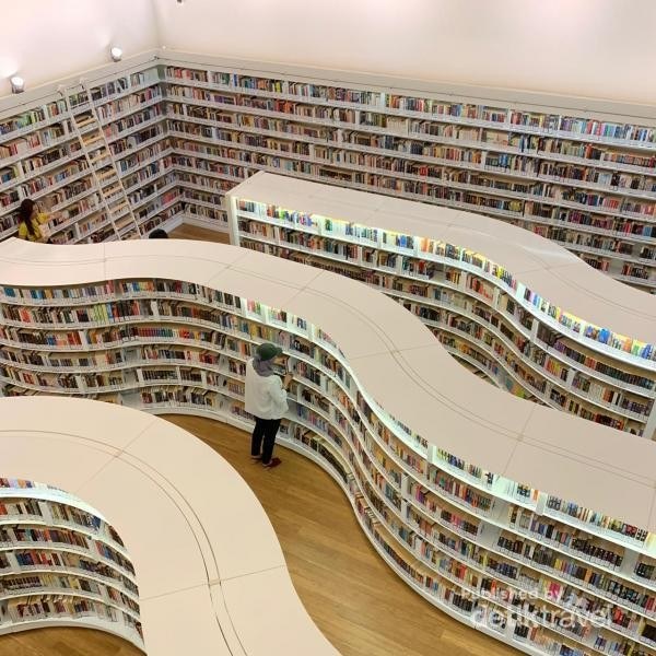 Rak buku berbentuk gelombang yang eye catching.