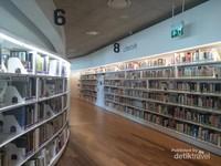 Lantai 2 perpustakaan yang juga penuh dengan buku.