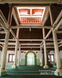 Suasana di dalam masjid.