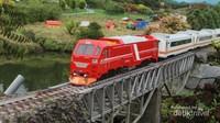 Miniatur kereta api dan perlintasannya bisa dijumpai di Taman Kereta Api Mini