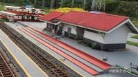 Miniaturnya pun dibuat sangat detail hingga menyerupai wujud aslinya, seperti bangunan stasiun ini