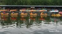 Terdapat aneka permainan air di floating market, seperti kereta air, sepeda air.dan kano