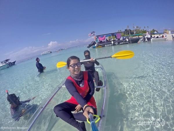 Mari wefie sambil bermain kayak di Pulau Sibuan.