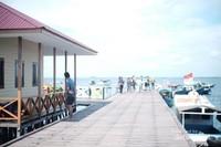 dermaga kapal antar jemput wisatawan di Pulau Beras basah. juga ada pos BPBD untuk tindakan pertolongan pertama pada kecelakaan wisatawan.