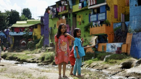 Anak - anak kampung Warna Warni yang tetap saja asyik dengan permainannya. Menarik untuk dinikmati keceriaan mereka. (Foto: Aryasuta)