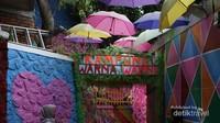 Dari Pasar Splendid kita bisa bergeser ke Kampung Warna Warni (Foto: Aryasuta)