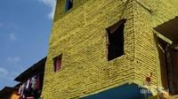 Warna yang kontras, menjadikan kampung ini benar - benar berwarna. (Foto: Aryasuta)